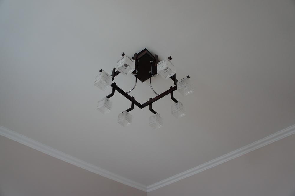 кухня, потолок с декором, монтаж люстры - Свой Мастер