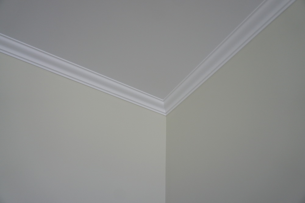 отделкаа стены, потолка с декоративным плинтусом - Свой Мастер
