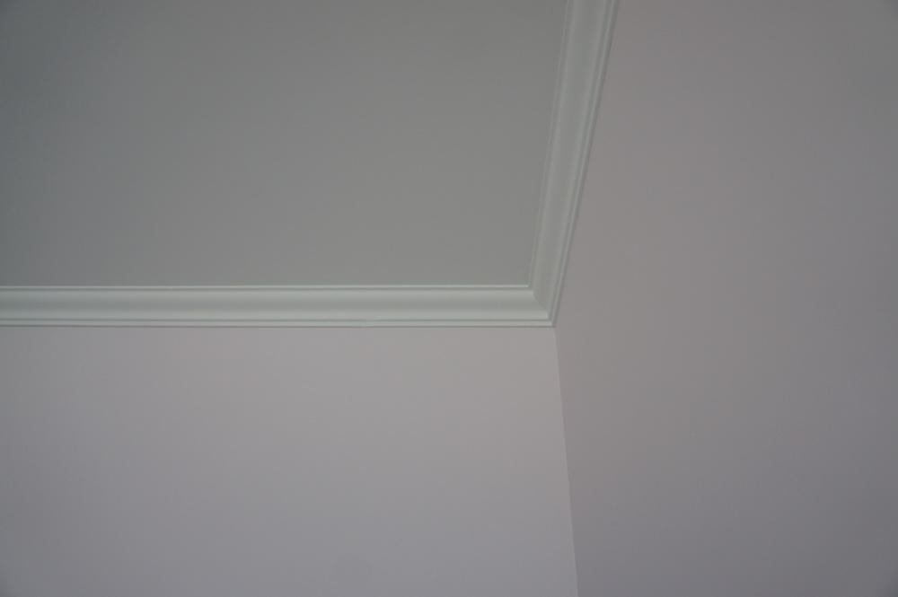 обои под покраску, потолок с плинтусом покрашен - Свой Мастер