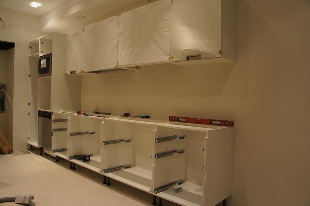 навеска верхних шкафов кухни - Свой Мастер